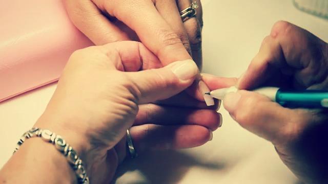 Коррекция наращенного ногтях