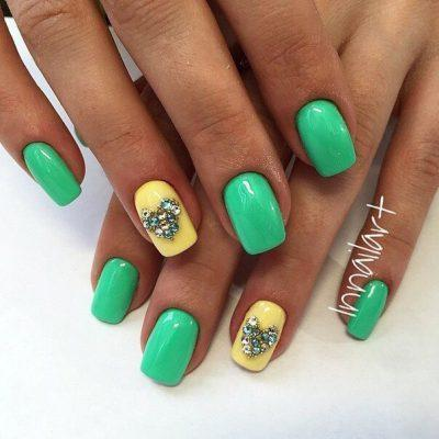 Летний желто-зеленый маникюр с бульонками
