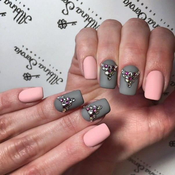 Розово-серый матовый маникюр