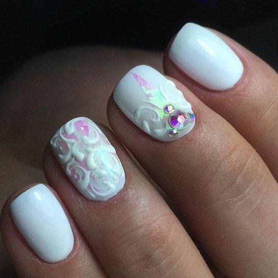 Белые ногти с белой лепкой