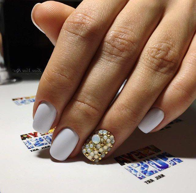 Белые ногти с ярким акцентом