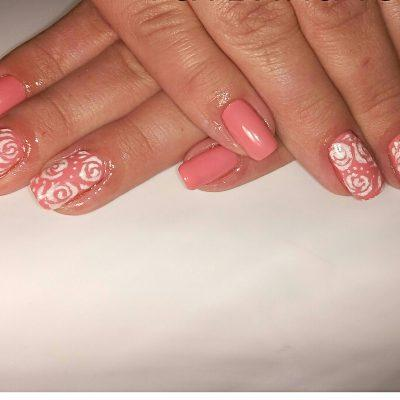 Светлые розы на коралловых ногтях