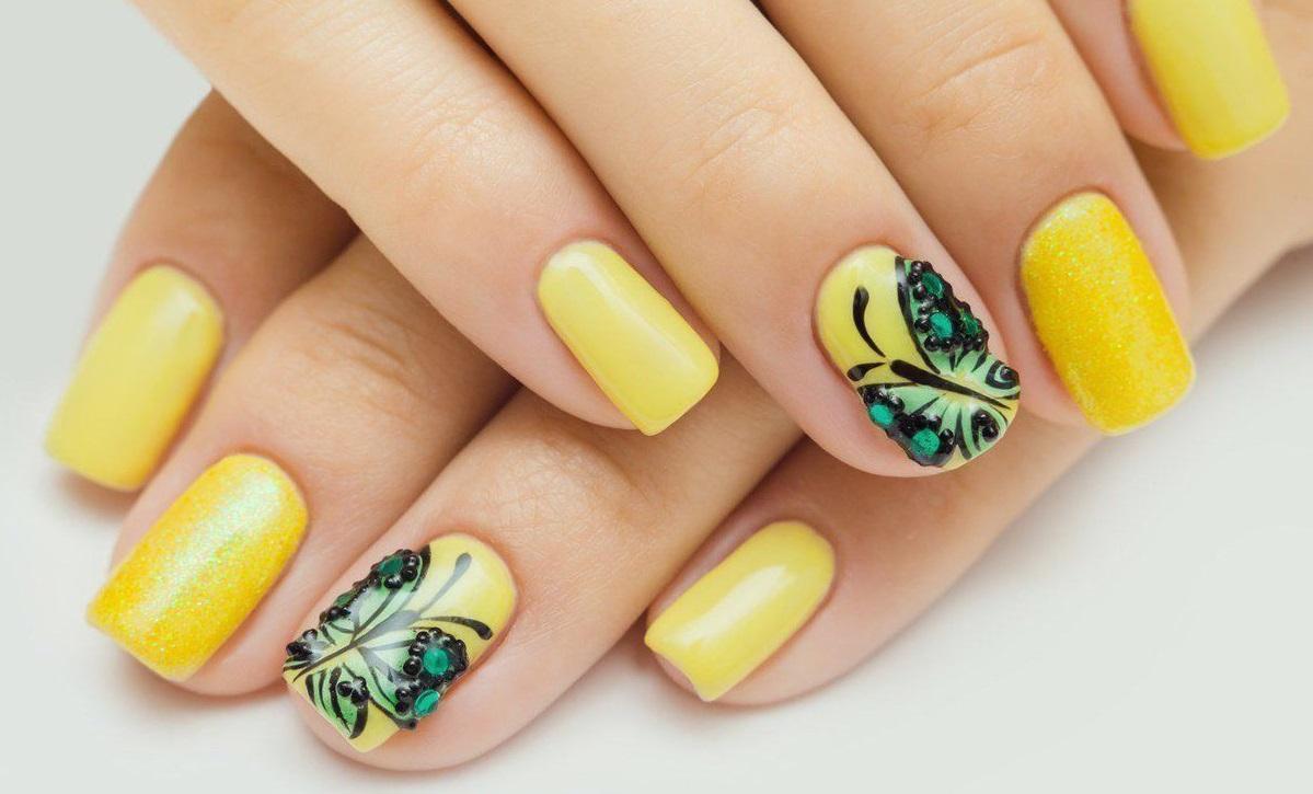 Летние бабочки на желтом фоне