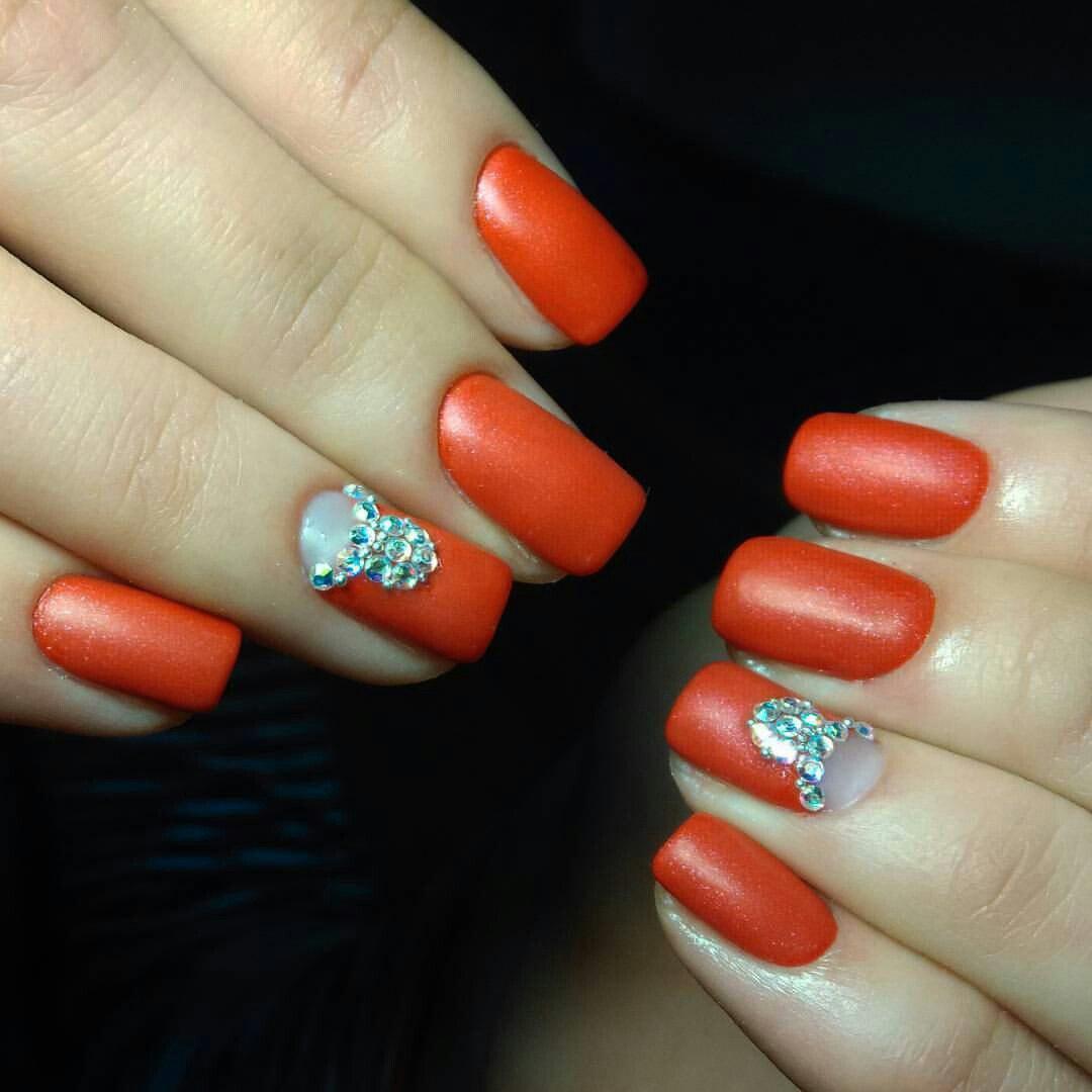 Матовый оранжевый маникюр с камнями