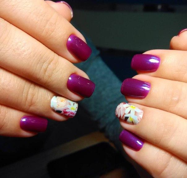Фиолетовый маникюр с нежными цветами