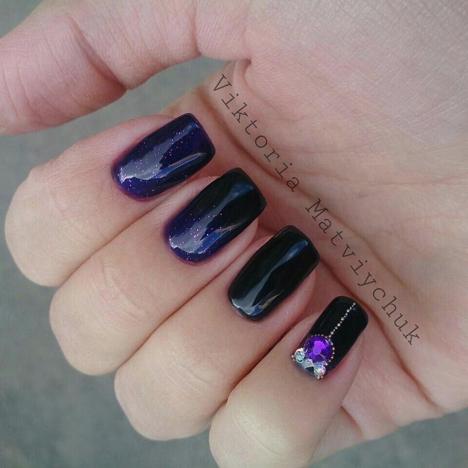 Фиолетово-черная ночь и стразы в стильном маникюре
