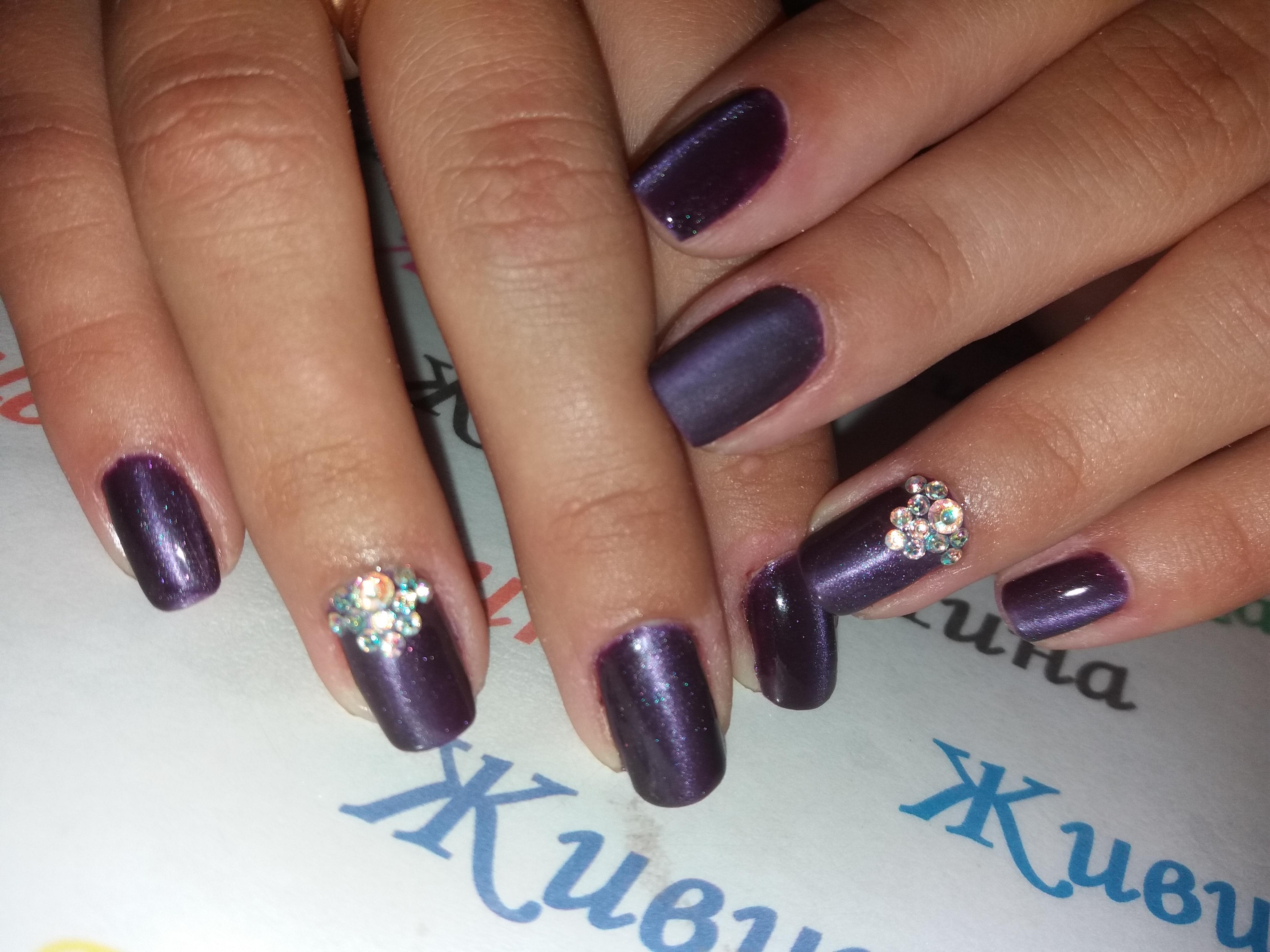 Фиолетовый маникюр с цветными стразами