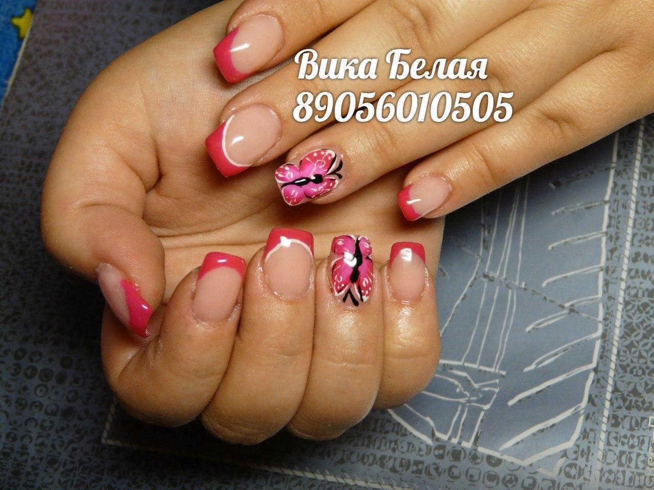 Розовые бабочки в летнем маникюре