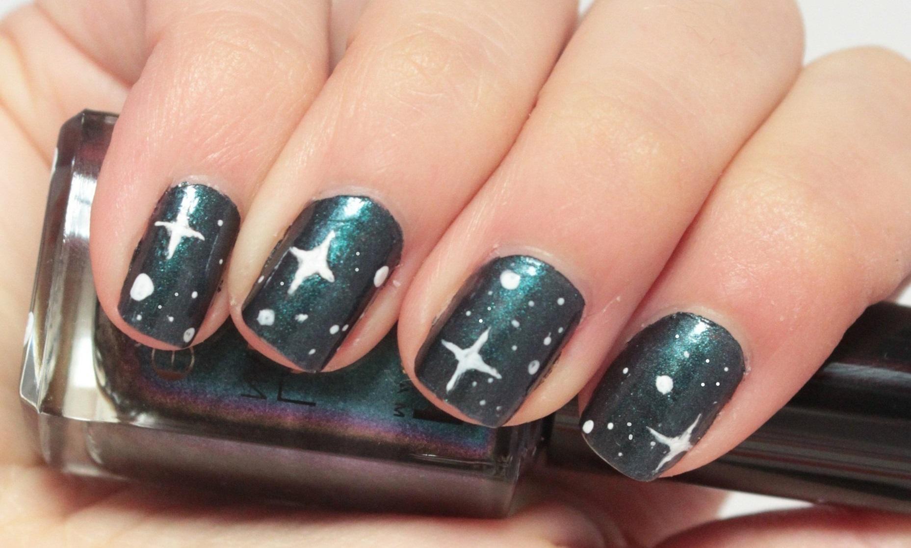 Белые звезды в маникюре на короткие ногти