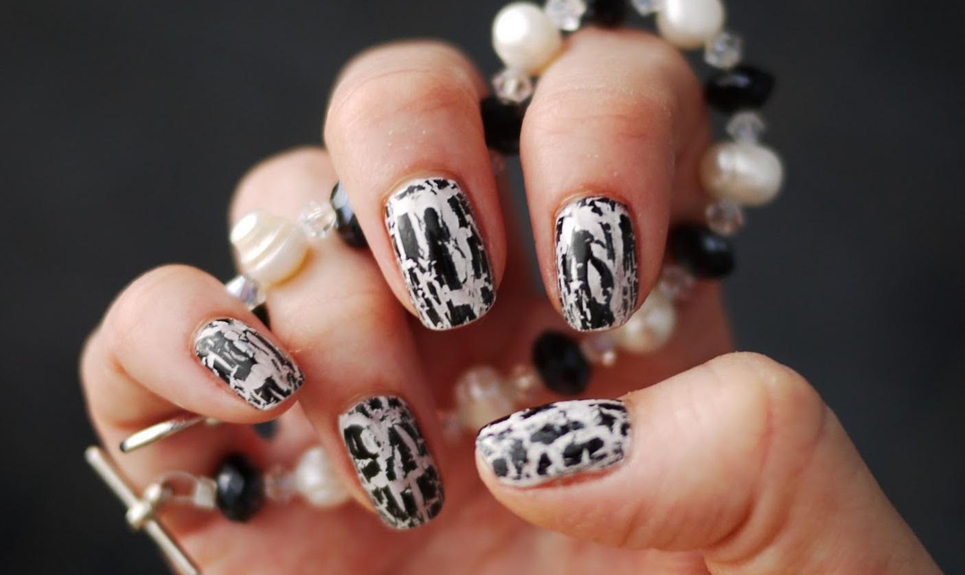 Черно-белый кракле на средних ногтях