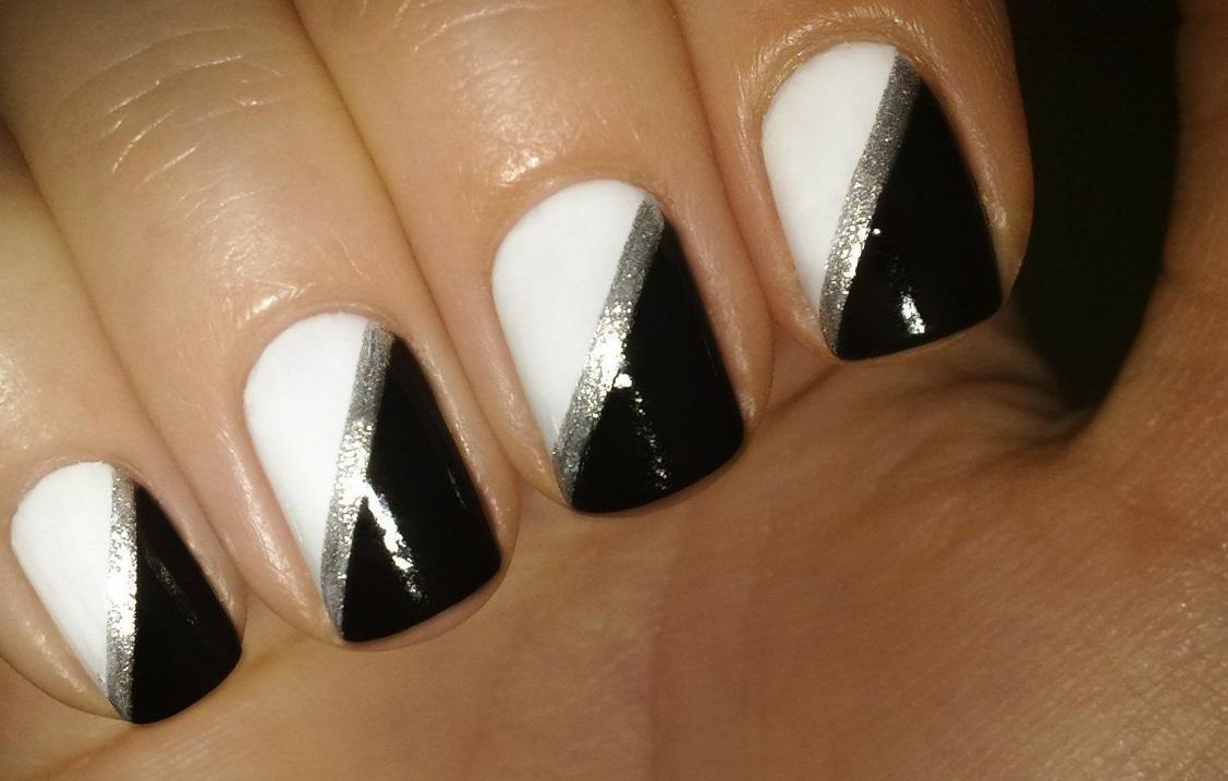 Черно-белая диагональ на коротких ногтях