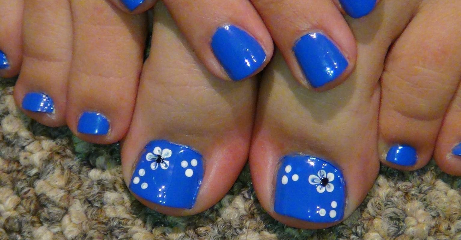Ярко-голубой педикюр с цветами