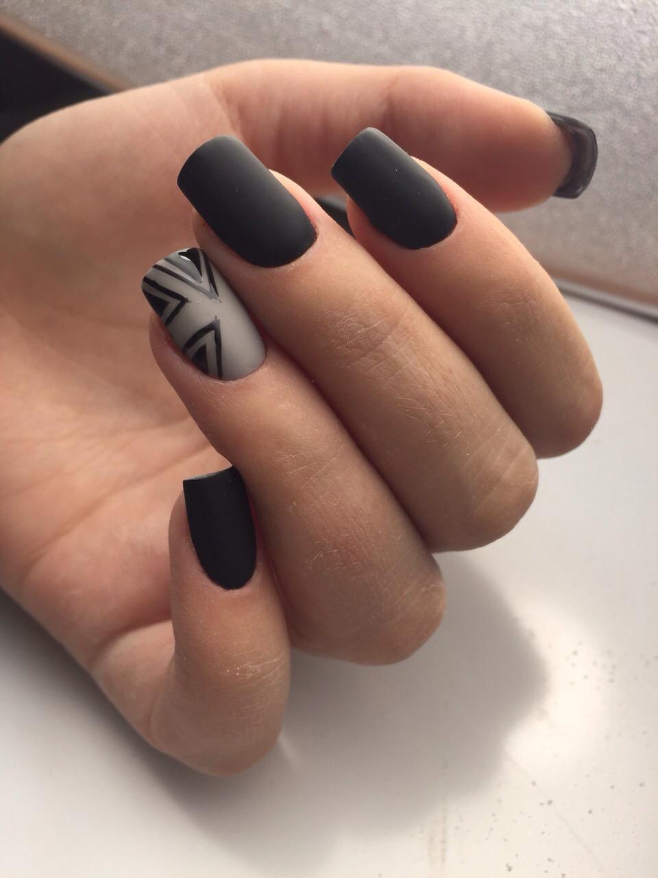 Матовый черный маникюр с серым орнаментом