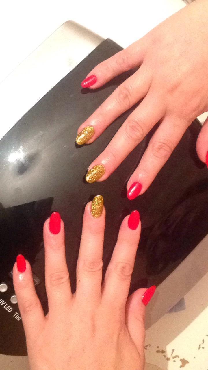 Красный и золотой на длинных ногтях