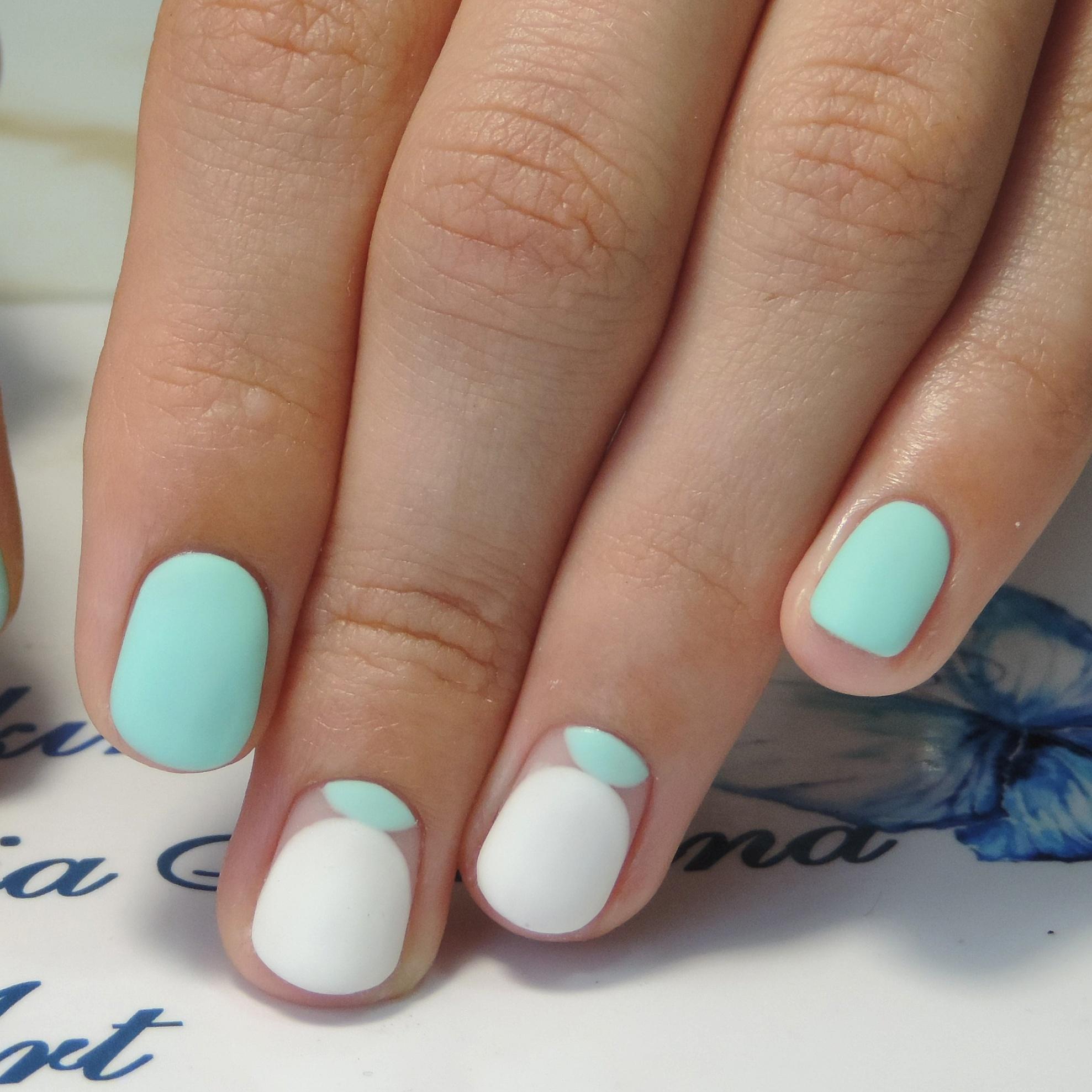 Спокойный бело-голубой маникюр