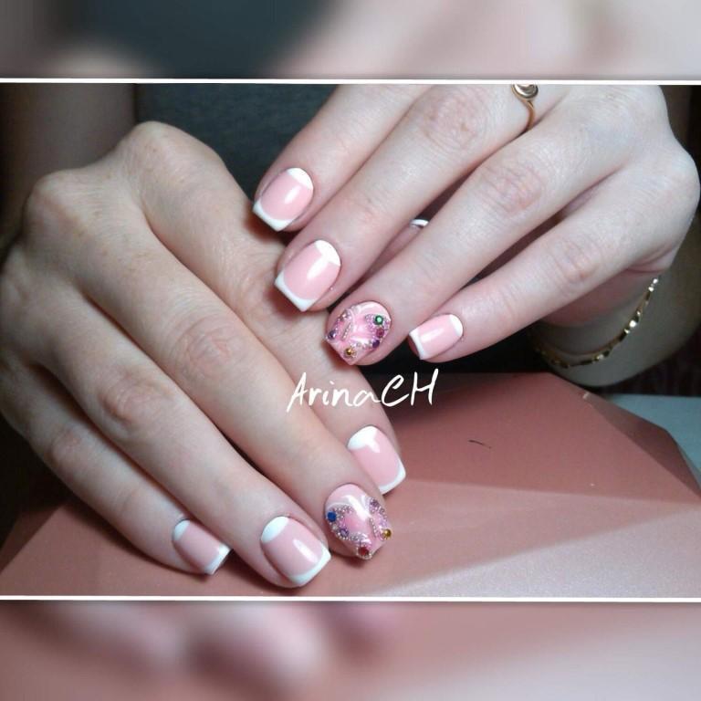 Цветные стразы и френч для коротких ногтей