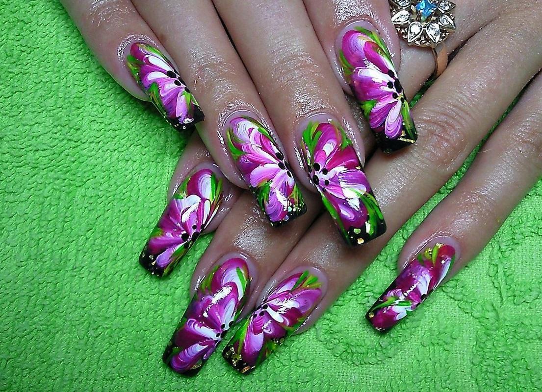Наращенные ногти с цветочными узорами