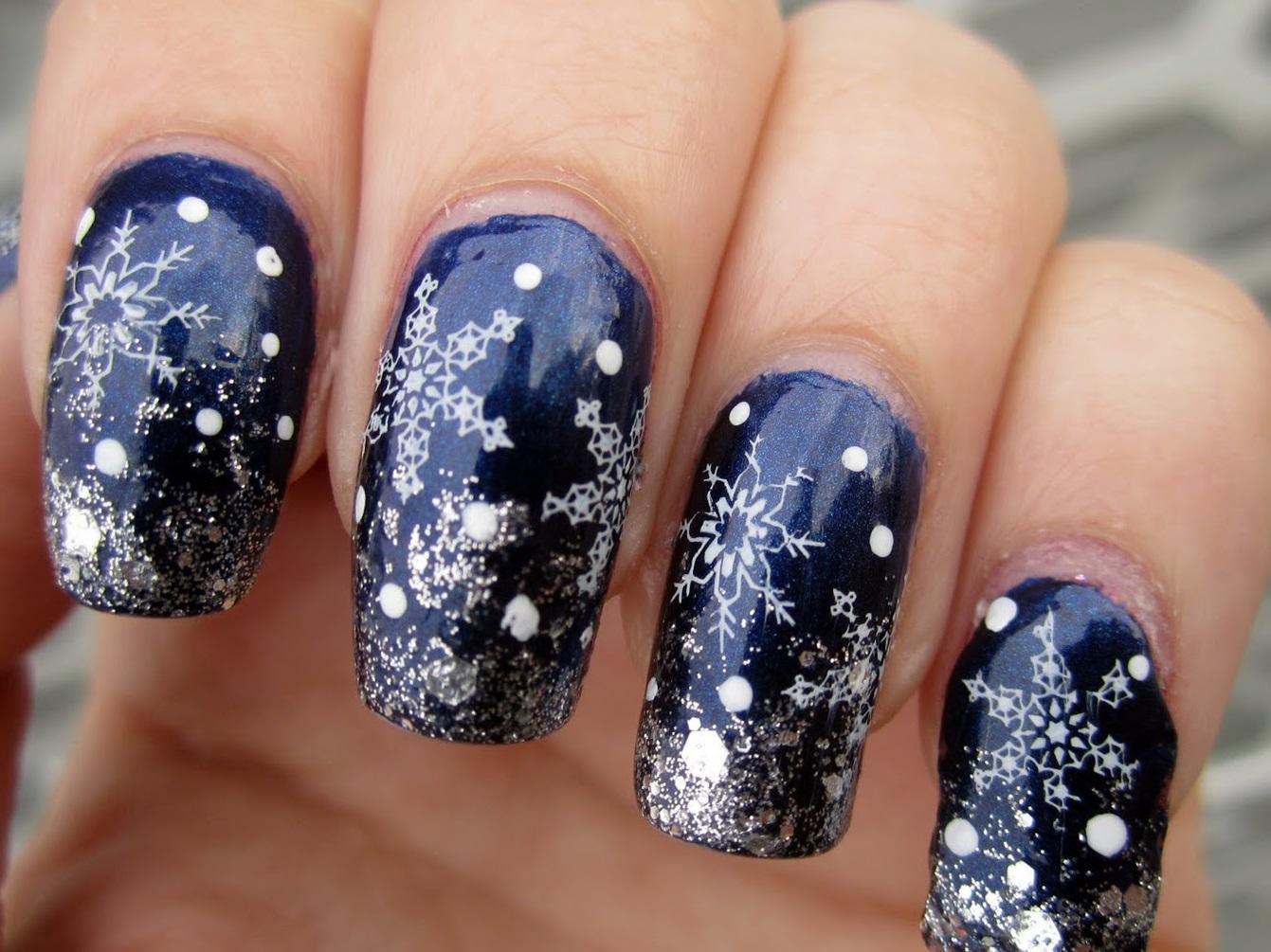 Новогодний синий маникюр на длинные ногти