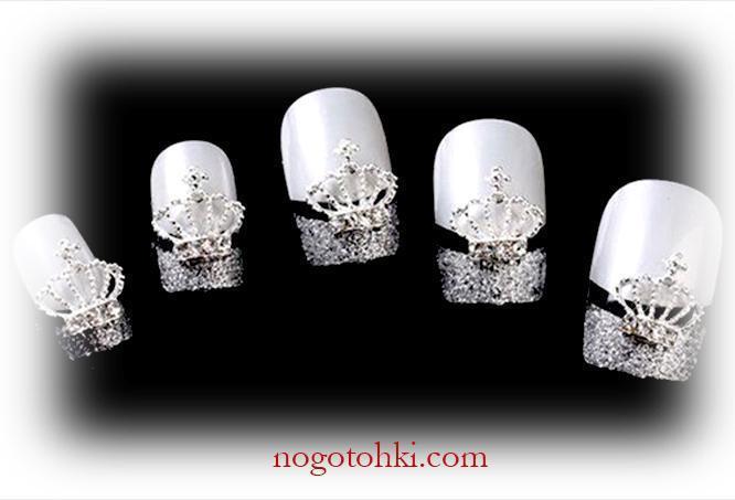 Серебряные ногти с «коронами»
