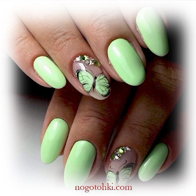 Нежно-зеленый маникюр с летними бабочками