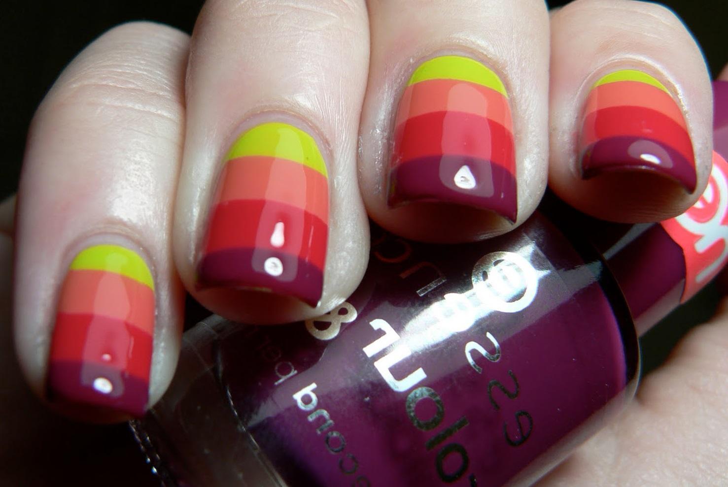 Полосатые идеи на ногтях средней длины