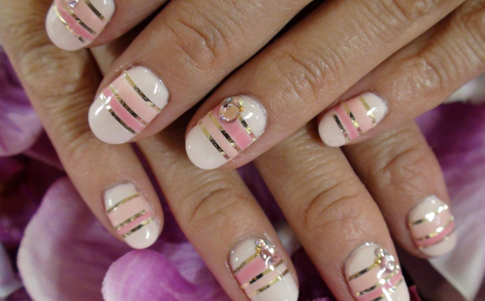 Полосатый розово-белый маникюр