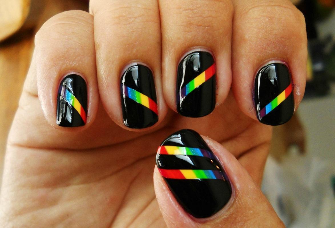 Радужные полосы на черном фоне