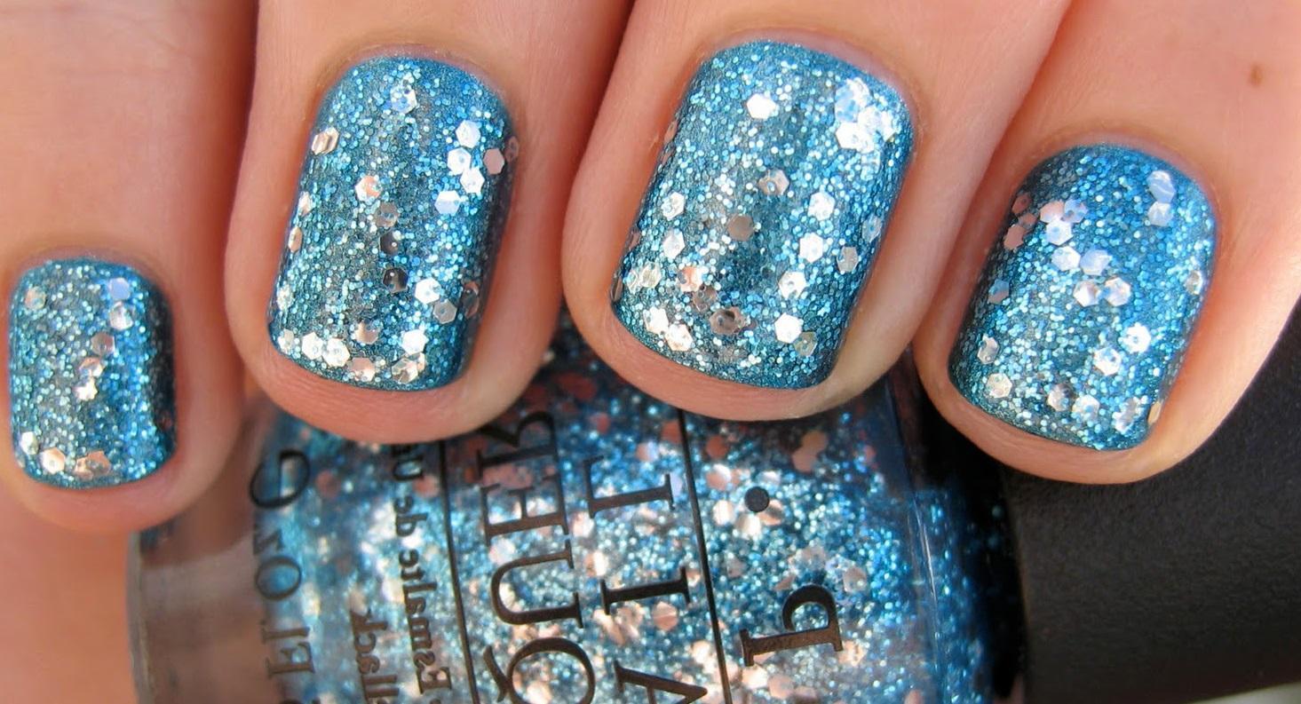 Синий глиттер-лак для коротких ногтей