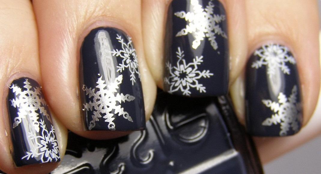 Серебряные снежинки на сером фоне