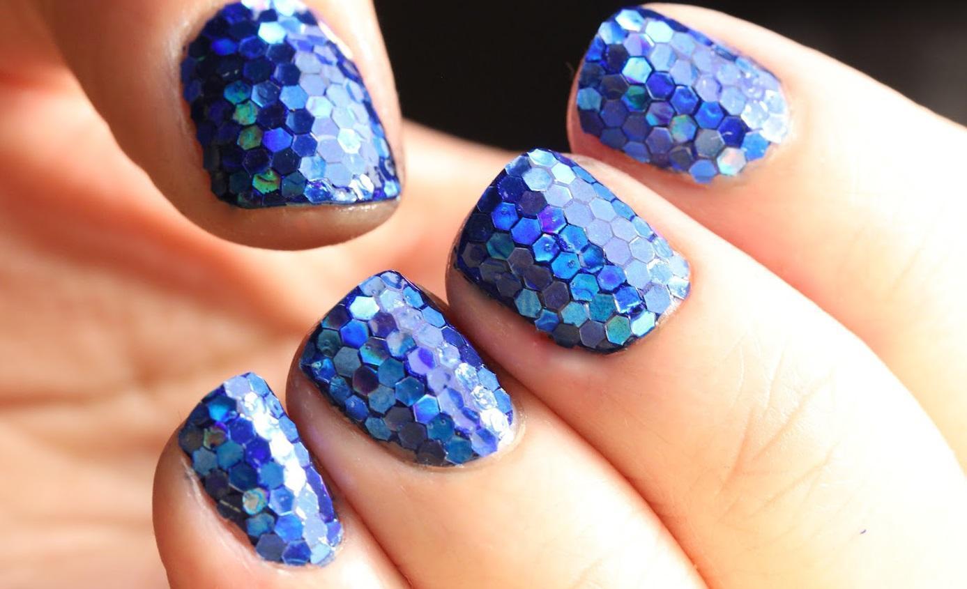 Синие «соты» на коротких ногтях