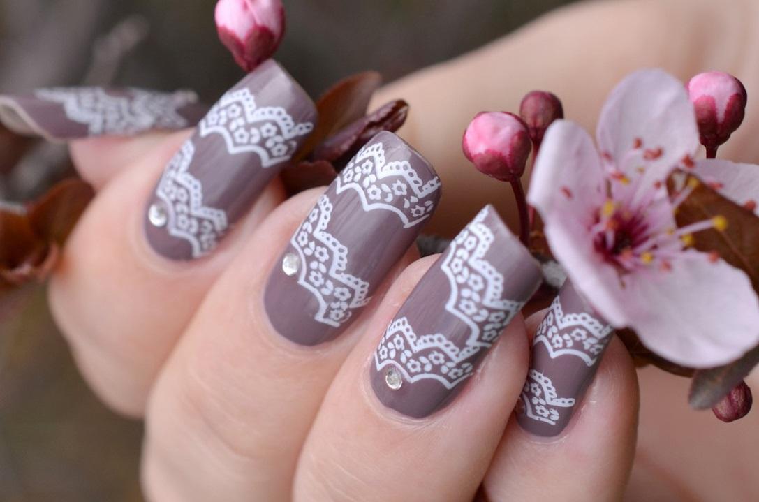 Ажурные стемпинг-узоры на длинных ногтях