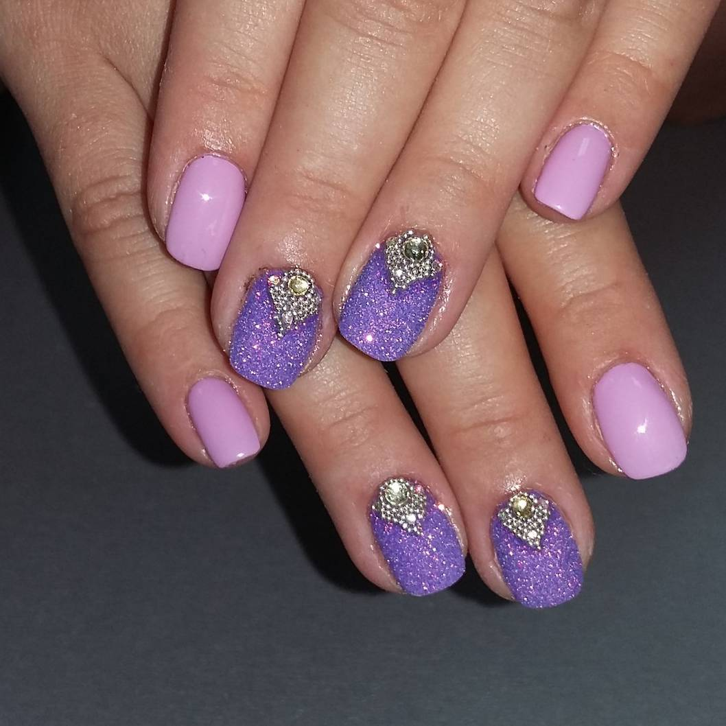 Красивый маникюр с фиолетовым фоном