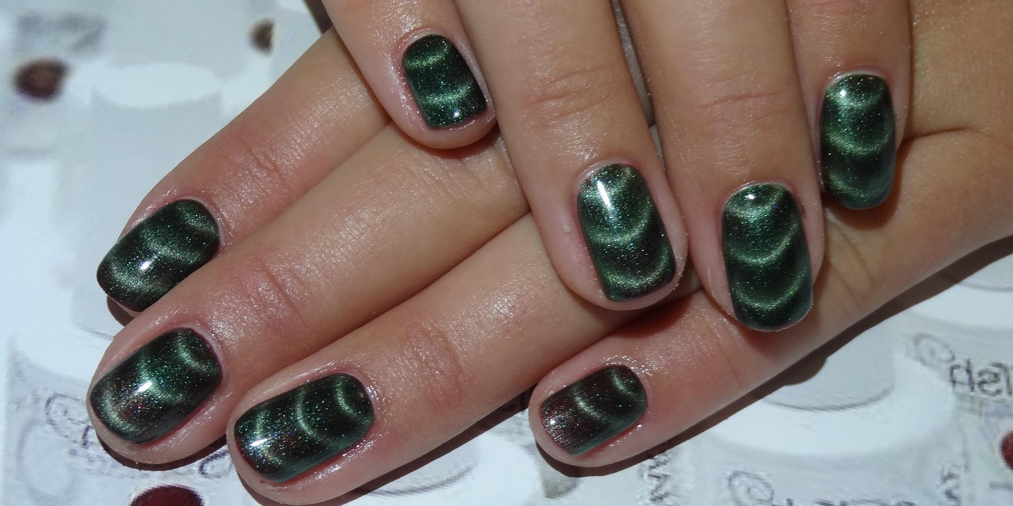 Изумрудно-зеленый магнитный маникюр