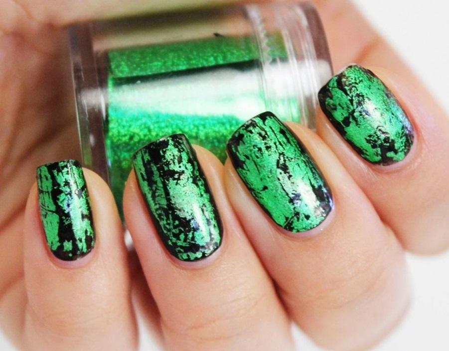 Зелено-черный маникюр для ногтей средней длины