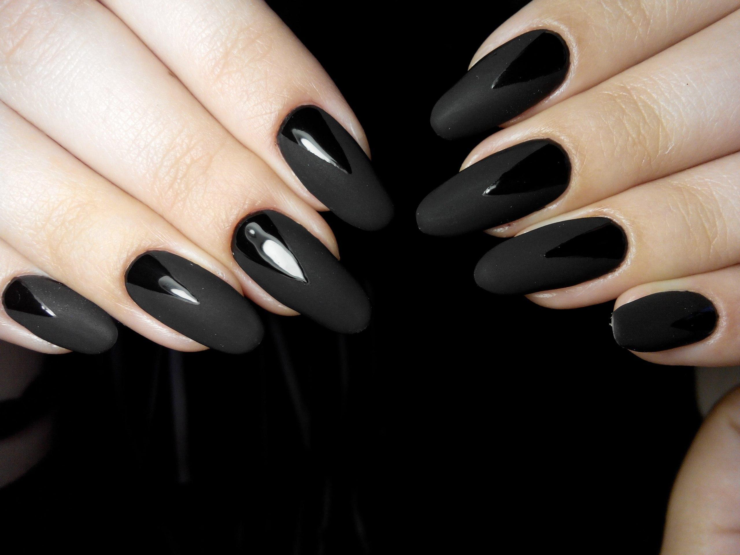 Глянцевые блики на длинных матовых ногтях