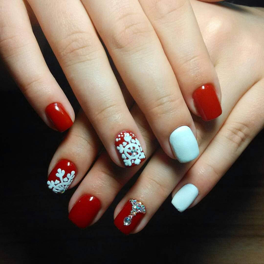 Белые снежинки на изящном красном лаке