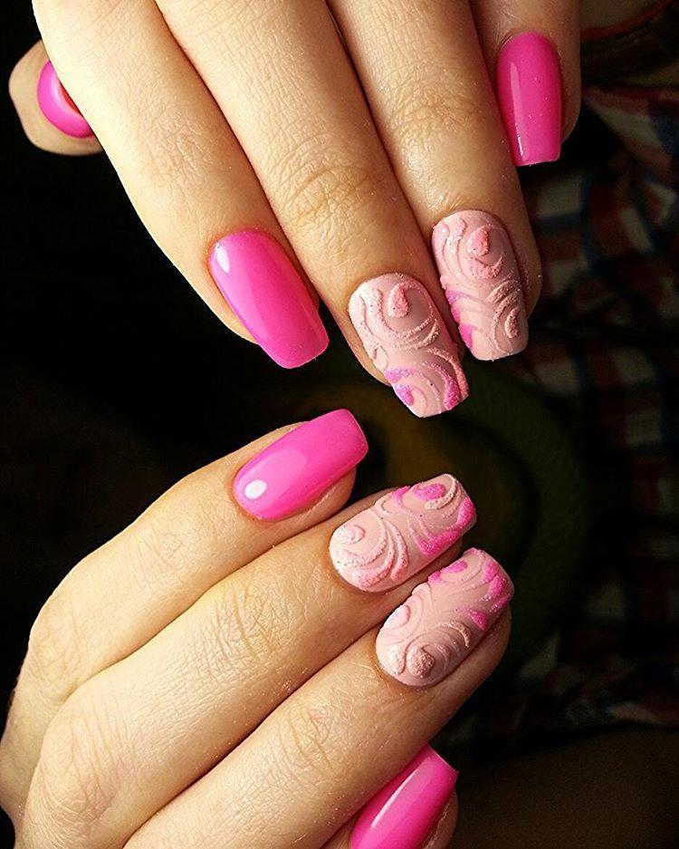 Розовые ногти с бархатным дизайном