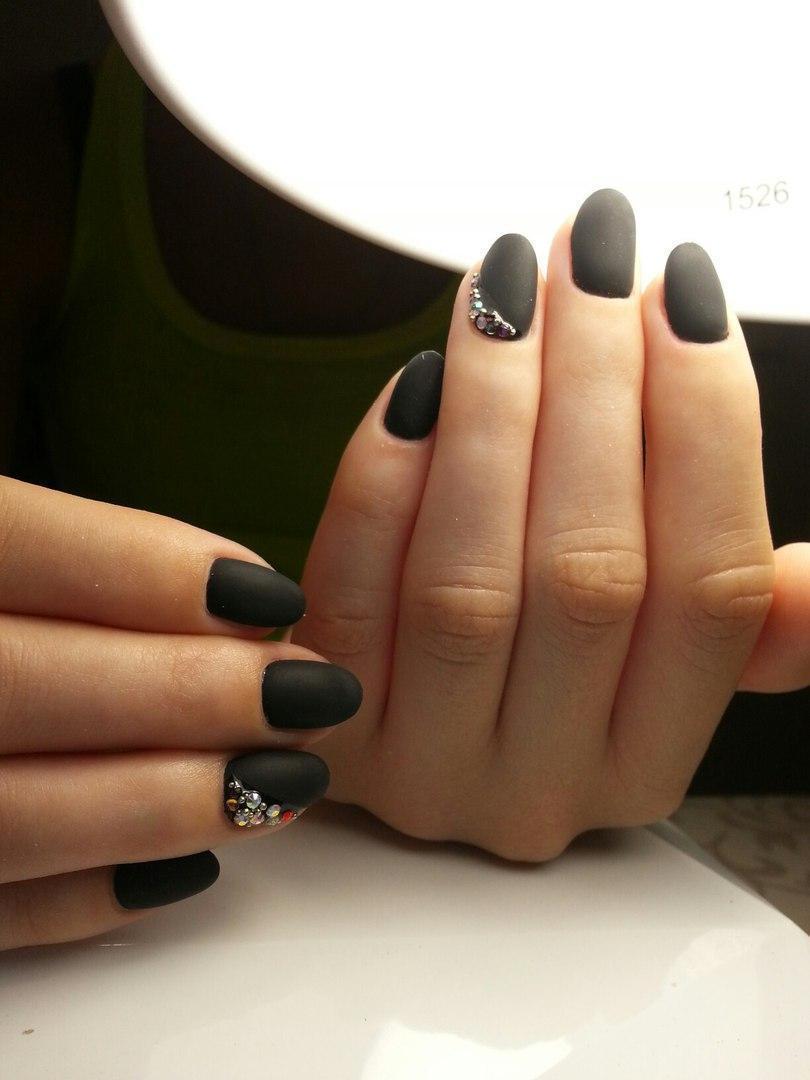 Чёрные матовые ногти со стразами