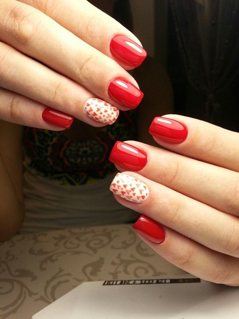 Красные ногти со слайдер-дизайном сердечки