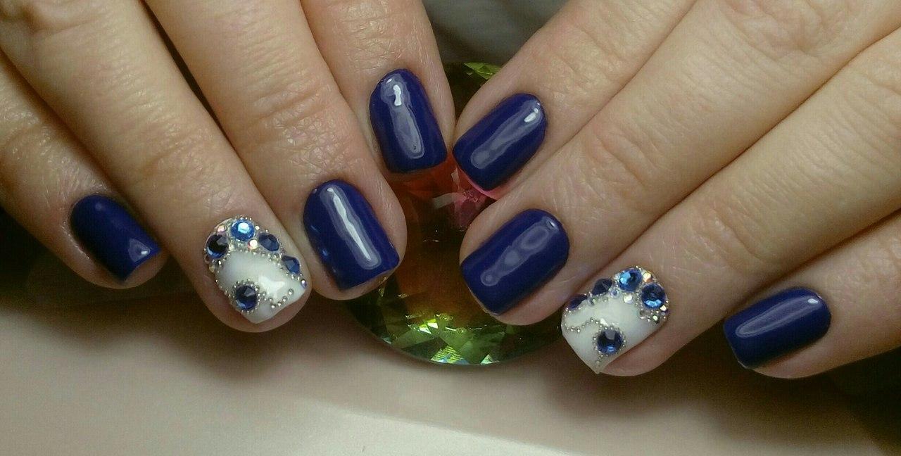Синие камни на белом шеллаке с бульонками