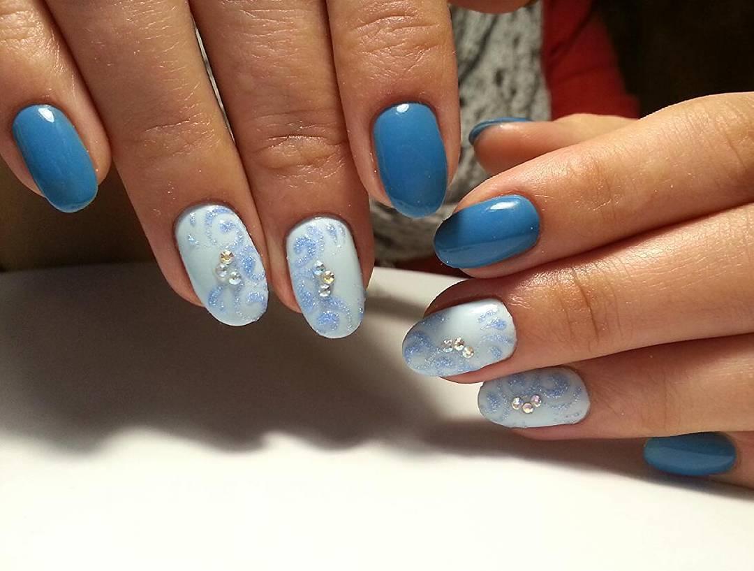 Красивые снежные ногти голубого цвета