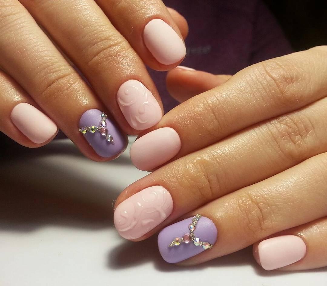 Нежный розово-лиловый маникюр