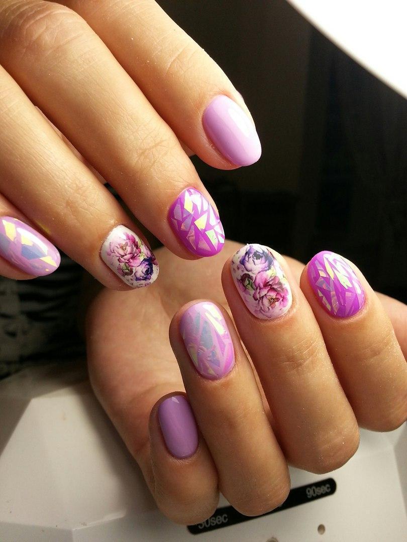 Битое стекло и ароматные цветы на ногтях