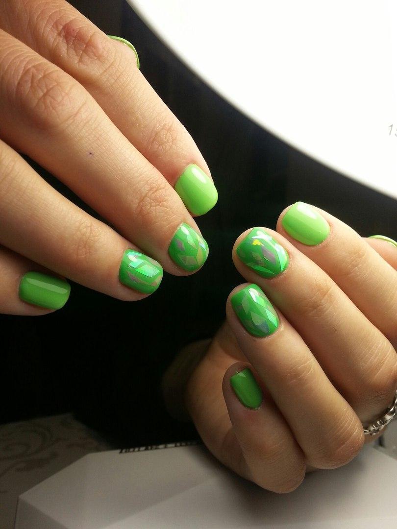 Яркие салатовые ногти с битым стеклом