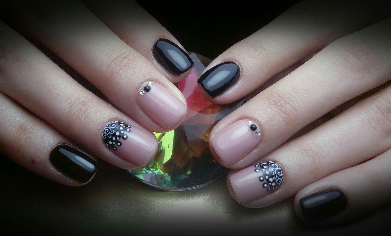 Бежево-чёрные ногти с рисунком