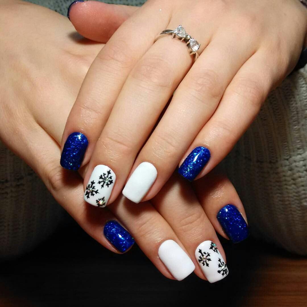 Искристые снежинки в сине-белой композиции