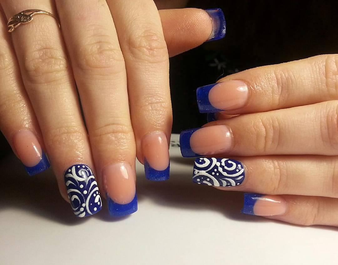 Прекрасные ногти синего цвета с узором