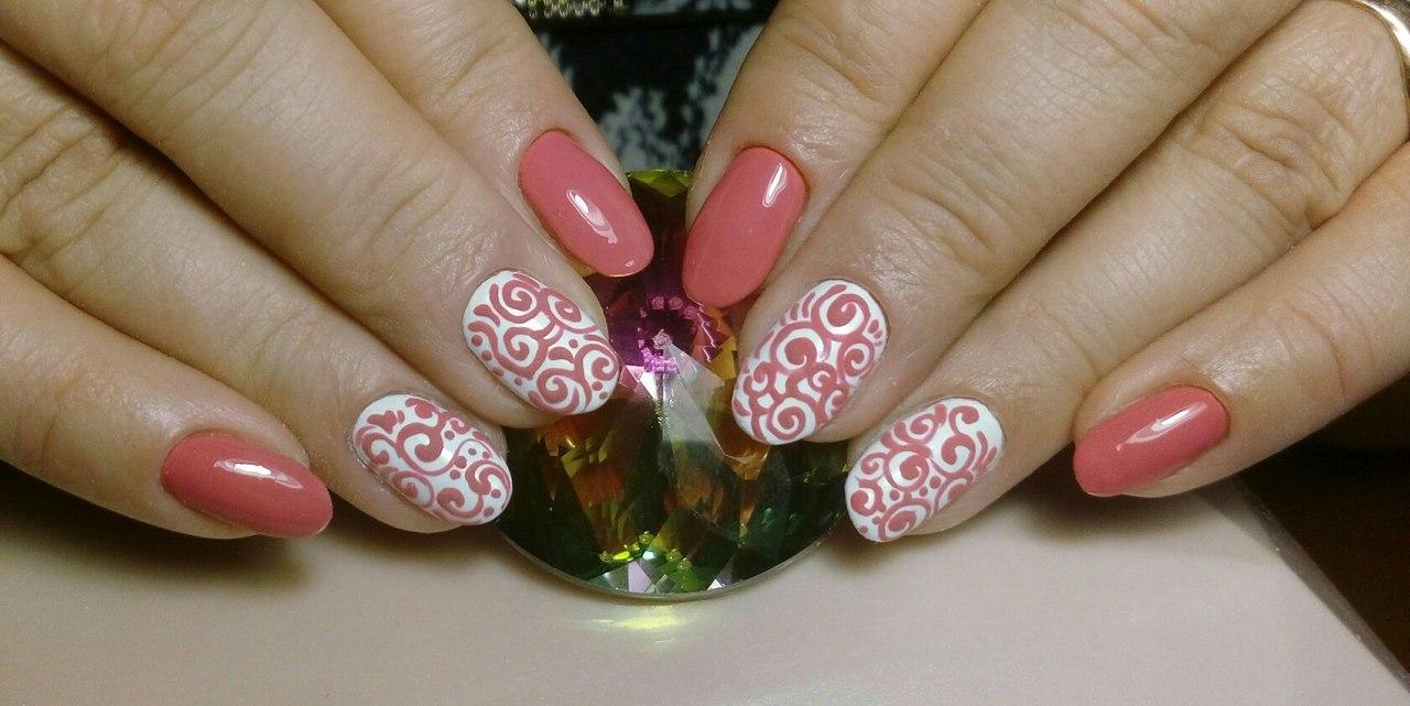Завитушки на ногтях нежно-розового цвета
