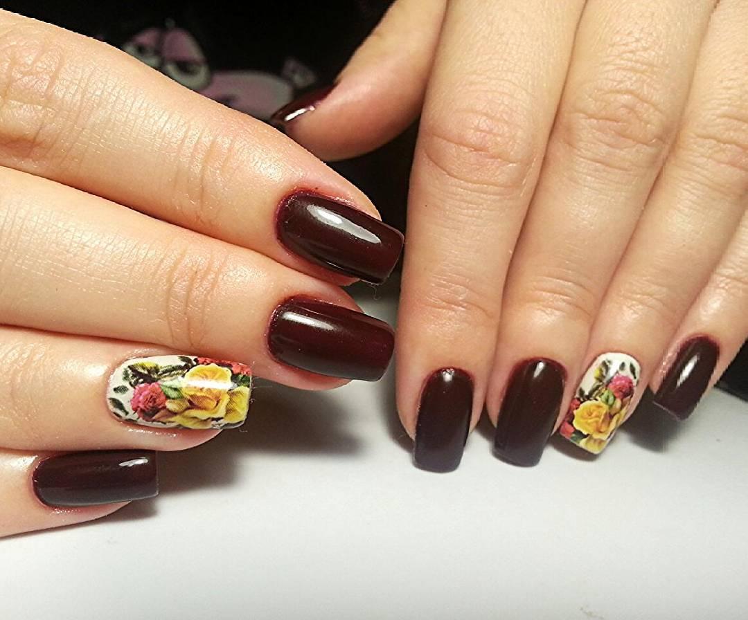 Длинные бордовые ногти с букетом ароматных цветов