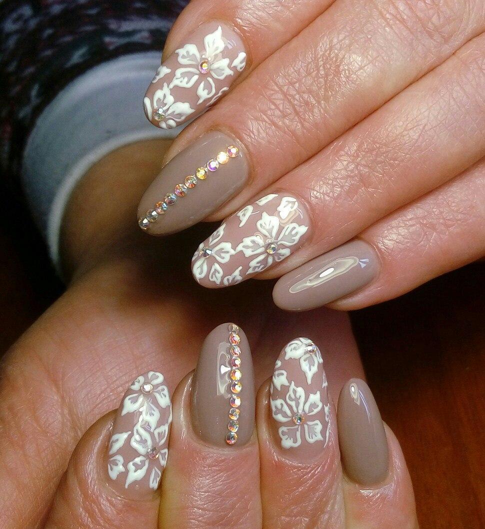 Свадебные ногти с цветами и стразами